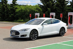 Ladestation weißes Tesla-Modell-S Electric Car Leavess Lizenzfreie Stockfotos