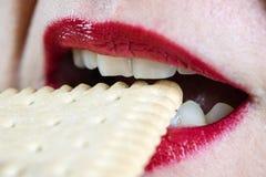 Ladies& x27; губы покрашенные с красной губной помадой и тортом Eatin женщины стоковое фото