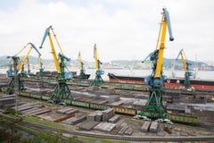 Lading behandeling van metaal op een schip in Nakhodka, Rusland Stock Afbeeldingen