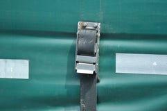 Lading die met het geselen van riem beveiligen royalty-vrije stock foto's