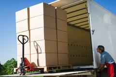 Lading en goederenvervoer door vrachtwagen royalty-vrije stock afbeeldingen
