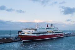 Lading en passagiersveerboot in de zeehaven Royalty-vrije Stock Foto's