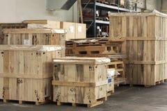 Lading in grote houten dozen stock foto's