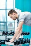 Lading op de bicepsen Succesvolle atleet die met domoor uitwerken Royalty-vrije Stock Foto's