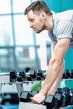 Lading op de bicepsen Succesvolle atleet die met domoor uitwerken Royalty-vrije Stock Afbeelding