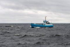 Lading-passagier schip Sainted Nikolai met lading en toeristen op het Meer van Ladoga, Royalty-vrije Stock Afbeelding