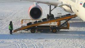 Lading van bagage in vliegtuig Kazan, Tatarstan stock video