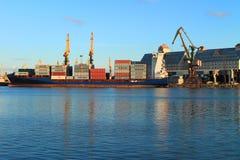 Lading van de de containerdrager van ALDEBARAN J in de haven van Kaliningrad Royalty-vrije Stock Afbeelding