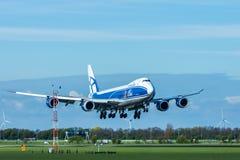 Lading 747 van de luchtbrug vliegtuigen die bij de Luchthaven van Amsterdam landen Schiphol royalty-vrije stock foto's