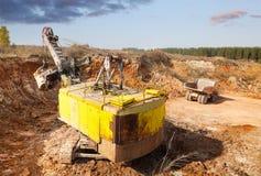 Lading van grond in de steengroeve Stock Foto