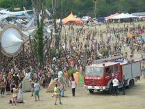 Lading van mensen die bij een muziekfestival aansluiten zich royalty-vrije stock afbeeldingen