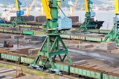 Lading van metaal bij de haven van Nakhodka, Rusland Royalty-vrije Stock Afbeelding