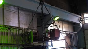 Lading van metaal met behulp van een brugkraan, het werk in een pakhuis, een pakhuis van metaal stock videobeelden
