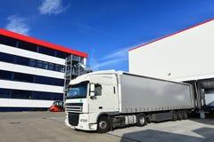 Lading van vrachtwagens bij het pakhuis van een vracht die bedrijf door:sturen royalty-vrije stock foto's