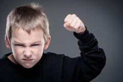 Ladingen van agressie in een kleine jongen stock afbeelding