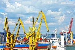 Ladings stortgoedschip onder havenkraan stock afbeelding