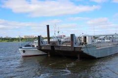 Ladingsaak op de rivier aan de pijler voor lading wordt gedokt die stock fotografie