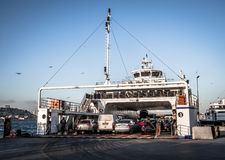 Ladingsauto's op de veerboot Stock Afbeeldingen