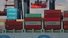 Ladingscontainers op een schip stock video