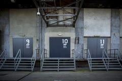 Ladingsdeuren in verlaten fabriek Stock Afbeeldingen