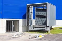 Ladingsdok bij een pakhuis Modern logistiekcentrum dokkende posten van een distributiecentrum stock afbeeldingen