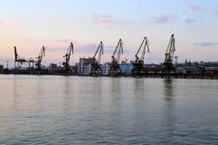 Ladingsdokken met donkere cranes'silhouetten na zonsondergang, de Haven van Varna, Bulgarije Stock Afbeeldingen