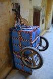 Ladingskarretje op de stegen van Medina in Fez, Marokko stock afbeeldingen