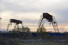 Ladingskranen bij zonsondergang Stock Foto's