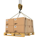 Ladingslevering. Pallet met cardboards door kraan wordt opgeheven die. Royalty-vrije Stock Afbeeldingen