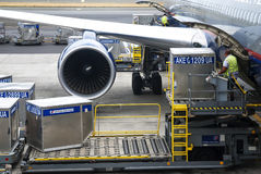 Ladingsplatform van luchtvracht aan de vliegtuigen Royalty-vrije Stock Afbeeldingen