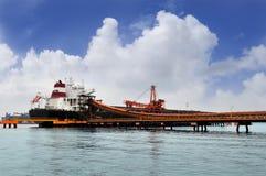 Ladingssteenkool van voorraad aan schip Royalty-vrije Stock Fotografie