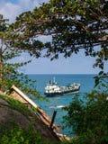 Ladingstanker bij het strand Haad dan Sadet Koh Phangan stock fotografie