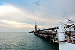 Ladingsterminal van steenkoolproducten voor vrachtschepen, bulkers en mening van de lader van ladingskranen Australië? 2018 stock foto's