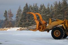 Ladingstimmerhout De boslogboeken, maken de tractor leeg De bos industrie royalty-vrije stock foto