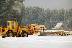 Ladingstimmerhout De boslogboeken, maken de tractor leeg De bos industrie royalty-vrije stock fotografie