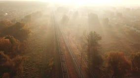Ladingstrein bij zonsopgang in de mist Mening van de hommel