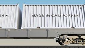 Ladingstrein en containers met GEMAAKT IN de titel van CALIFORNIË Spoorwegvervoer het 3d teruggeven Royalty-vrije Stock Foto