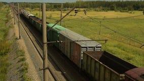 Ladingstrein in het platteland stock footage