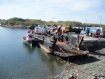 Ladingsveerboot bij de oude pijler, Inishbofin royalty-vrije stock afbeelding
