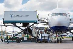 Ladingsverrichtingen in luchthaven Domodedovo stock afbeelding