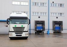 Ladingsvervoer - Vrachtwagen in het pakhuis Stock Afbeelding