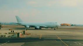 Ladingsvliegtuig die bij de luchthaven taxi?en stock video
