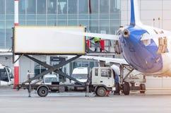 Ladingsvoedsel op het vliegtuig voor passagiers bij de terminal royalty-vrije stock foto's