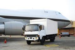 Ladingsvrachtwagen en vliegtuig royalty-vrije stock fotografie