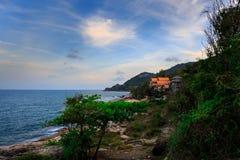 Ladkoh由海的观点,与美丽的bea的大多岩石的海滩 图库摄影