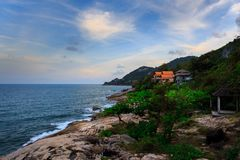 Ladkoh由海的观点,与美丽的bea的大多岩石的海滩 库存图片