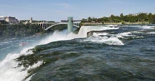 Lado americano de Niagara Falls com Ontário, Canadá no fundo Fotografia de Stock