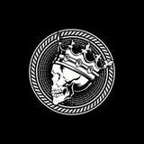 Lado BLANCO Y NEGRO QUE SORPRENDE de la cabeza del cráneo del rey con vector con clase de la corona ilustración del vector