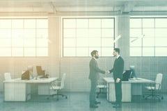 Lado branco do escritório do espaço aberto do tijolo tonificado Foto de Stock