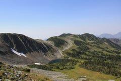 Lado da montanha com lago pequeno Imagem de Stock